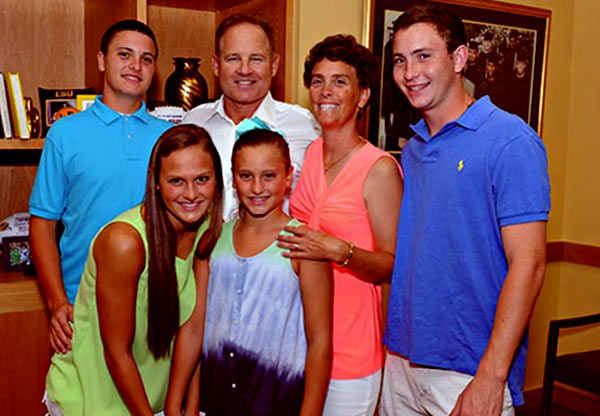 Image of Les Miles and Wife Kathy Along With their Children