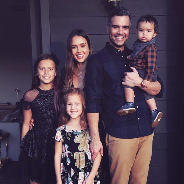 Image of Caption: Cash Warren with his wife Jessica Alba along with their kids