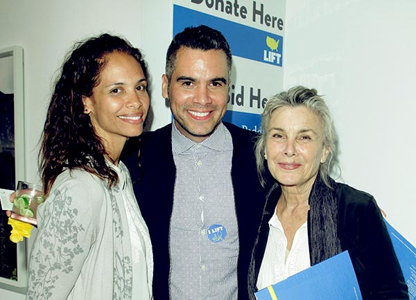 Image of Caption: Cash Warren with her mother Sue Narramore and sister Kekoa Jones