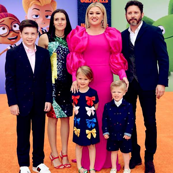 Image of Elisa Gayle Ritter son Brandon with his wife Kelly Clarkson and kids Savannah, Seth, River Rose and Remington ALexander Blackstock