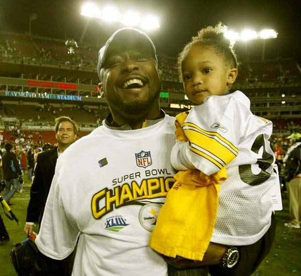 Image of Mike Tomlin carry her daughter Harlyn Queen Tomlin